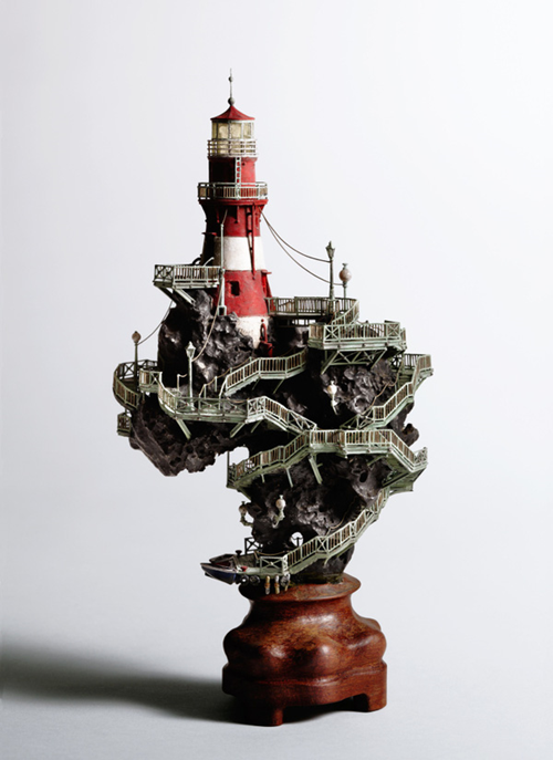 """Làm nên vẻ kỳ vĩ của nhiều cây bonsai còn có sự góp mặt của những bức tranh tầm sâu. Bức tranh tầm sâu lớn nhất ông Aiba từng sáng tạo được ông đặt tên """"Tòa tháp kem"""" làm từ giấy màu, gỗ. Đó là mô hình của những cửa hàng kem xếp chồng lên nhau."""