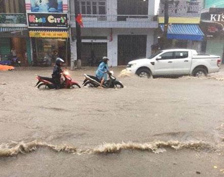 Hình ảnh đường phố Quảng Ninh ngập nặng sau trận mưa lớn kéo dài bất thường.