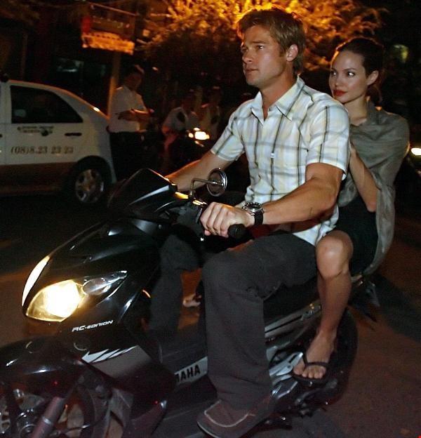 Cặp đôi này rất thích dạo phố Việt Nam bằng xe máy. Trong lần đến Việt Nam các năm 200 6, 2007 và 2011, cả hai đều tự chở nhau tham quan phố phường bằng xe máy. Ảnh: TL.