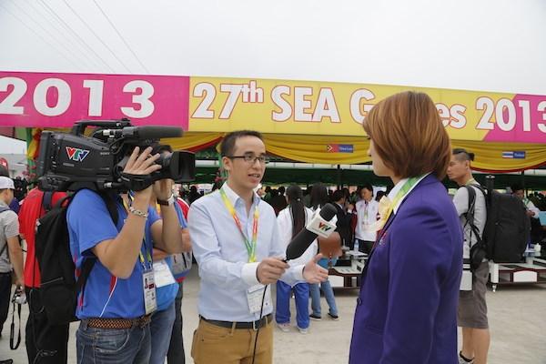 Phóng viên Ban Sản xuất các chương trình thể thao tác nghiệp tại SEA Games 27 ở Myanmar