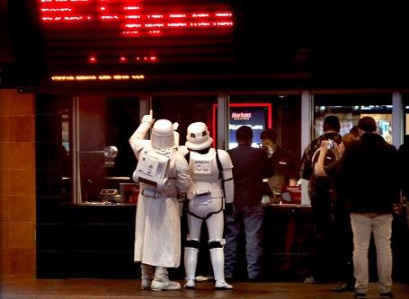 """Hai chiến binh """"Stormtrooper"""" tại rạp chiếu phim ở thành phố Tucson, bang Arizona, Mỹ."""