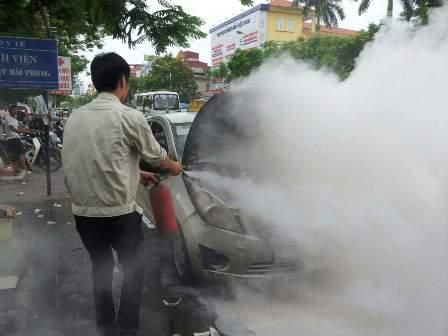 Người dân tham gia chữa cháy cứu xe
