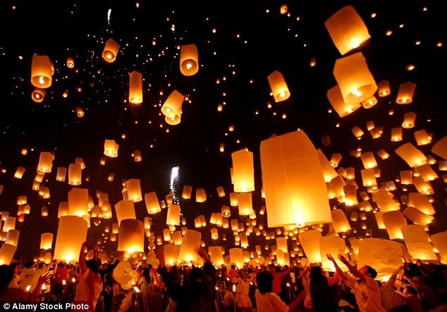Người dân Chiang Mai thả đèn trời trong ngày lễ truyền thống