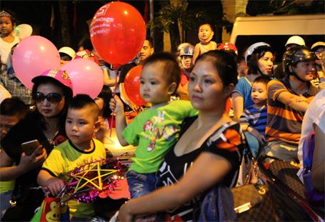 Trẻ em thích thú với màn múa lân trên phố Hàng Bài