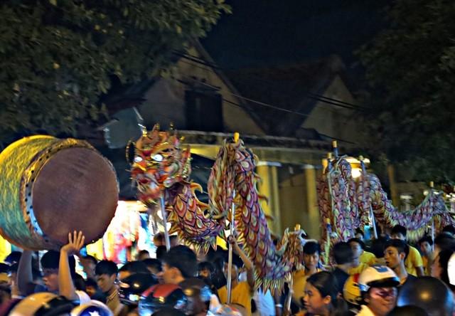 Các đội lân tung hoành trổ tài nghệ biểu diễn khắp phố phường