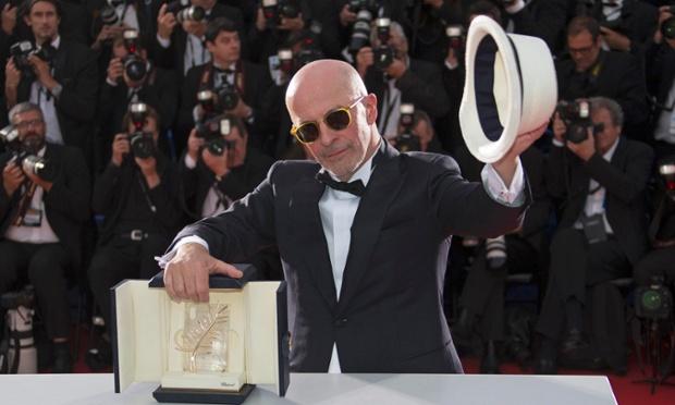 Đạo diễn Jacques Audiard với danh hiệu Cành cọ vàng (Ảnh:YVES HERMAN/REUTERS)