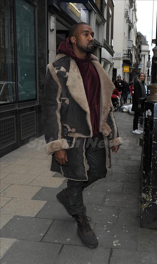 Ngôi sao nhạc rap đình đám Kanye West bị bắt gặp xuất hiện tại Dover Street Market ở Mayfair, London.
