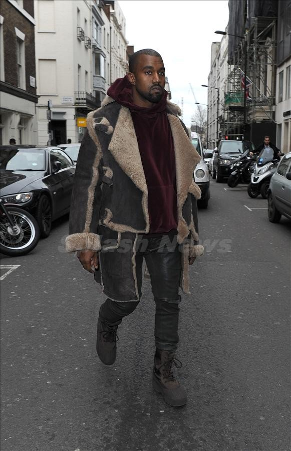 Nam ca sĩ diện style cực ngầu với áo khoác da lộn cỡ lớn, chiếc quần da và đôi combat boot