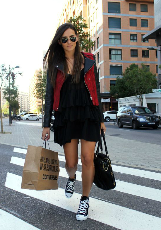 Bên cạnh đó, bạn vẫn có thể trở nên cá tính với váy bèo nhún kết hợp cùng khoác kaki và giày thể thao.