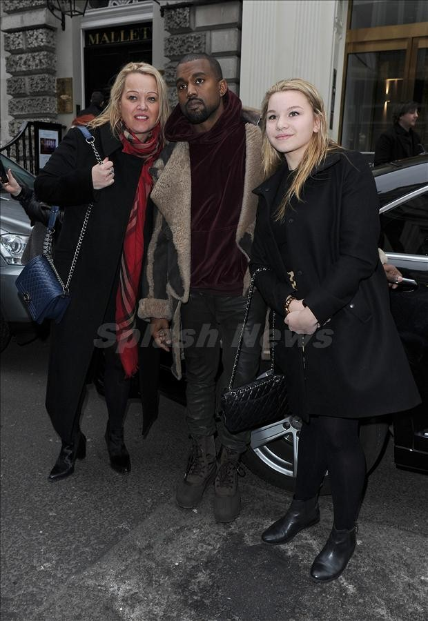 Kanye West tỏ ra khá thân thiện khi được các fan nữ xin chụp hình chung