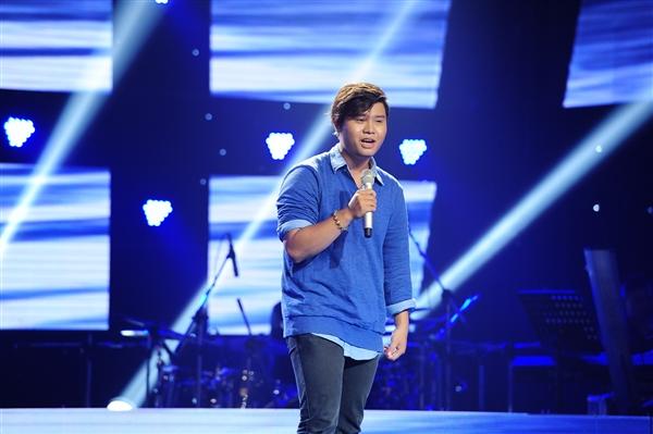 Chàng mập Lê Quốc Vương là người mở đầu đêm thi thứ 2 vòng Giấu mặt với ca khúc ngọt ngào mang tên Mây