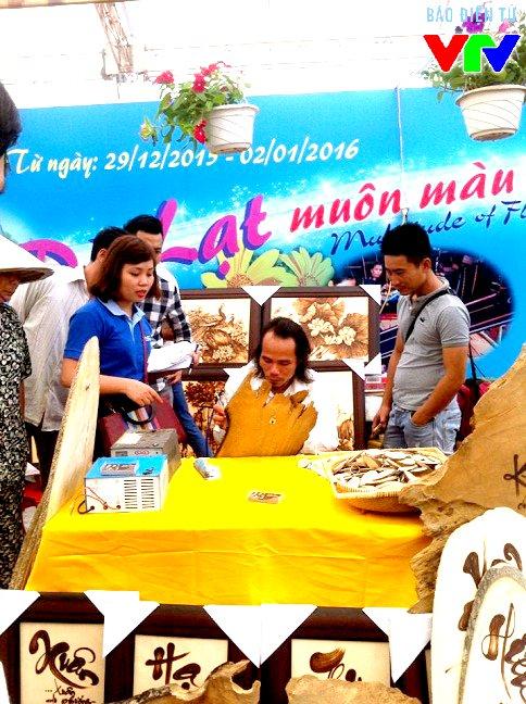 Các sản phẩm thủ công mỹ nghệ được chế tác công phu, tỉ mỉ cũng được giới thiệu với đông đảo khách tham quan