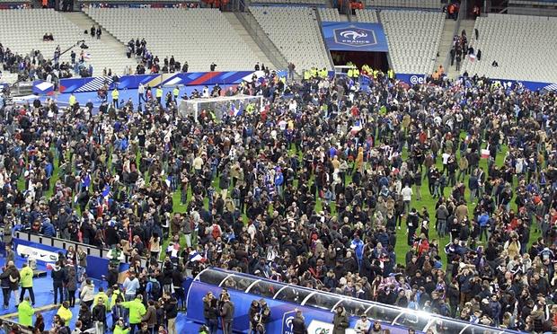 Hình ảnh hỗn loạn ở sân vận động State de France - nơi diễn ra trận đấu giao hữu giữa ĐT Pháp và ĐT Đức (Ảnh: Xavier Laine/Getty Images)