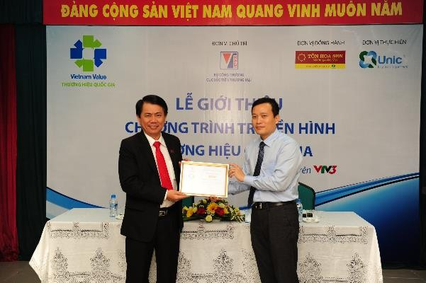 Để ghi nhận đóng góp của Công ty cổ phần Tập đoàn Hoa Sen đối với chương trình truyền hình Thương hiệu Quốc gia, ông Đỗ Kim Lang - Phó Cục trưởng Cục Xúc tiến thương mại đã trao giấy chứng nhận cho ông Vũ Văn Thanh - Phó Tổng giám đôc Công ty cổ phần Tập đoàn Hoa Sen.