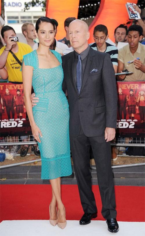 Chỉ một năm sau khi chia tay Demi Moore, nam diễn viên Bruce Willis hẹn hò với siêu mẫu người Anh Emma Heming. Cặp đôi này tổ chức đám cưới vào năm 2009 và có với nhau 2 cô con gái. Ngôi sao phim Giác quan thứ 6 rất hạnh phúc bên cô vợ kém anh hơn 20 tuổi.