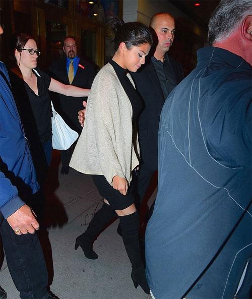Selena và Vanessa trở thành bộ đôi thân thiết kể từ sau khi đóng chung trong bộ phim Spring Breakers năm 2013. Sau những vai diễn trên màn ảnh rộng, Vanessa quyết định đi theo nhạc kịch Broadway. Nữ diễn viên 26 tuổi đang dồn toàn bộ tâm sức cho vở kịch huyền thoại Gigi. Trong khi đó, Selena Gomez vẫn tập trung cho sự nghiệp ca hát đồng thời tham gia một số dự án phim lớn nhỏ. Vừa qua, giọng ca Come & Get It cũng sắm một vai trong bộ phim lịch sử In Dubious Battle do tài tử James Franco làm đạo diễn.