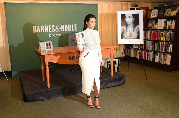 Cuốn sách đầu tay mang tên Selfish của ngôi sao truyền hình thực tế chính thức lên kệ ngày 5/5. Đây là ấn bản do chính Kim Kardashian biên soạn, dày 400 trang bao gồm rất nhiều bức ảnh tự sướng được cô chụp từ năm 2006 tới nay. Ngoài ra, cuốn sách này còn tiết lộ những bí quyết selfie đẹp mà Kim đã tích lũy suốt gần một thập kỷ qua.