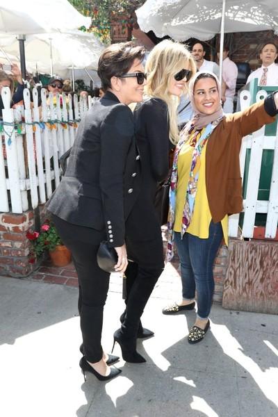 Họ vui vẻ chụp hình với fan trước khi rời nhà hàng.