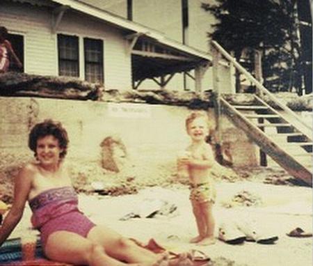 Justin Timberlake luôn lưu giữ bức ảnh đáng yêu thời thơ ấu này của anh. Trong mắt chàng ca sĩ điển trai và hấp dẫn, mẹ anh là người phụ nữ quan trọng và đáng nể phục nhất. Giờ đã làm bố nhưng Justin vẫn luôn muốn là một cậu con trai gần gũi với mẹ và các thành viên trong gia đình anh ở quê nhà.
