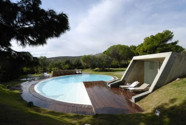 Bể bơi hình trôn ốc với sàn gỗ bao quanh này không chỉ lạ mắt mà còn rất lý tưởng để giải nhiệt mùa hè. Đây là thiết kế bể bơi của công ty thiết kế Marastoni thiết kế riêng cho ngôi nhà ở ardinia's Emerald Coast (Anh)