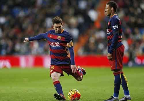 Lionel Messi (trái) đã từng có 4 mùa giải ghi bàn nhiều hơn Vua phá lưới của Premier League