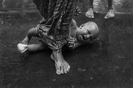 Nghi thức cầu may cho trẻ em ở Ấn Độ. (Ảnh: Amitava Chandra)