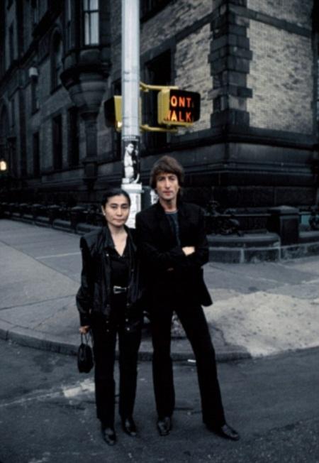 John Lennon và Yoko Ono ngồi trong một quán ăn nhỏ.