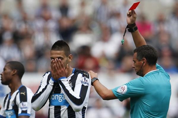 Chiếc thẻ đỏ của Mitrovic đã khiến Newcastle không thể làm nên bất ngờ trước Arsenal