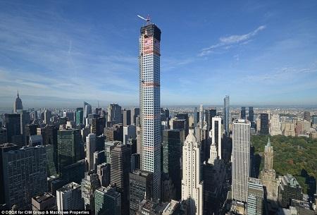 Tòa nhà 432 Park Avenue (giữa) còn cao hơn nhiều tòa nhà nổi tiếng khác ở thành phố New York, như Empire State Building, Chrysler Building và Trung tâm Thương mại Một Thế giới.