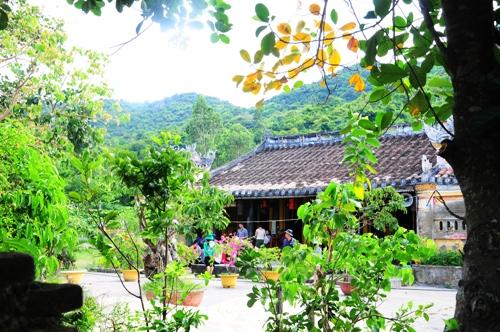 Khách du lịch nào đến Cù Lao Chàm cũng ghé thăm chùa Hải Tượng.