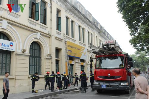 Lực lượng chữa cháy tiếp cận khu vực cháy từ phố Lê Thạch