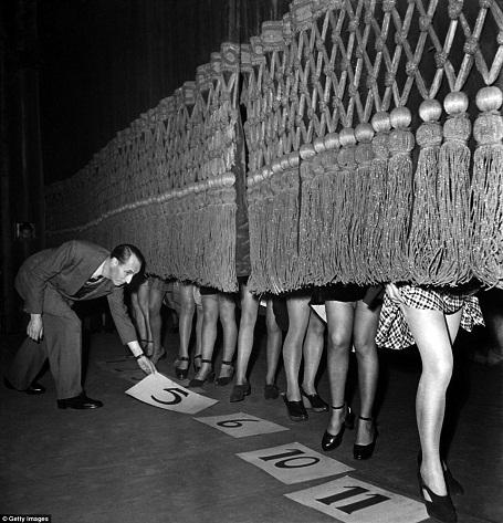 Các thí sinh được chấm điểm tại cuộc thi tìm kiếm Hoa hậu có đôi chân đẹp. Cuộc thi được tổ chức ở Paris, Pháp hồi năm 1946.