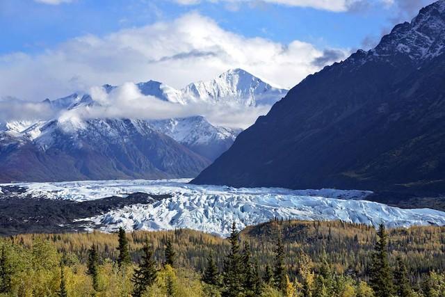 Dãy núi Chugach và dòng sông băng Mendenhall mang đến cho thiên nhiên Alaska, Mỹ một khung cảnh đẹp như tranh vẽ.