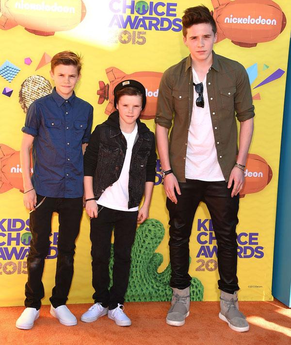 Những anh chàng nhà Beckham tới dự Kids Choice Awards 2015. Cậu cả Brooklyn (16 tuổi) cùng hai em trai - Romeo (12 tuổi ) và Cruz (10 tuổi) - thường xuyên xuất hiện cùng nhau ở nhiều sự kiện và thu hút bởi vẻ điển trai.