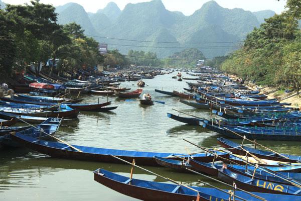 Các thuyền, đò chở khách xếp sẵn từng dãy chờ đón du khách đi trẩy hội chùa Hương năm mới.
