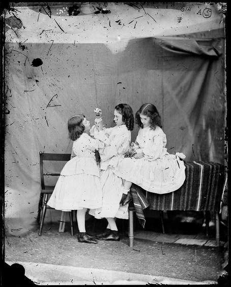 Ba chị em Edith, Ina và Alice Liddell. (Ảnh chụp năm 1860)