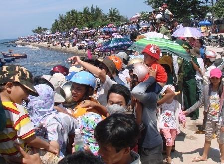 Hàng ngàn người chen nhau trên bờ kè xem đua thuyền.
