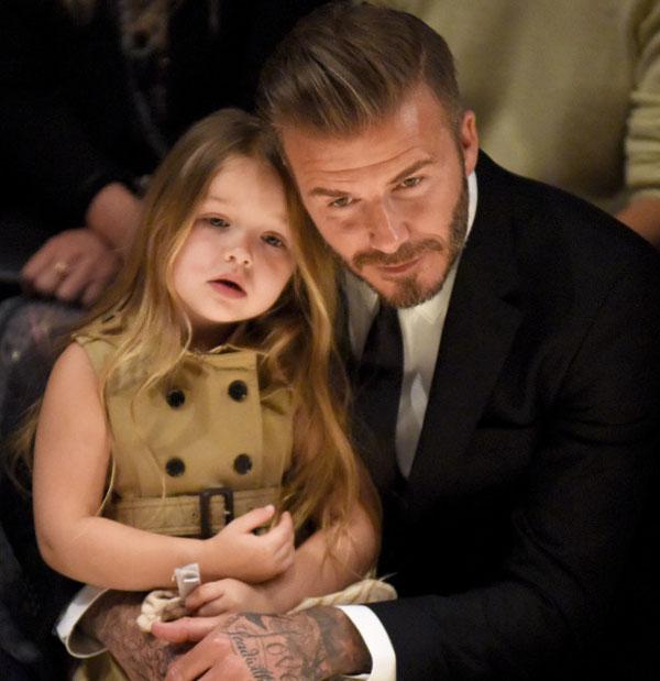Bên cạnh đó, nhắc tới nhà Beck không thể không kể đến nhóc Harper. Cô bé mới đây xuất hiện ở show thời trang của Burberry ở London (Anh), thu hút mọi ống kính bởi vẻ đẹp trong sáng như thiên thần.