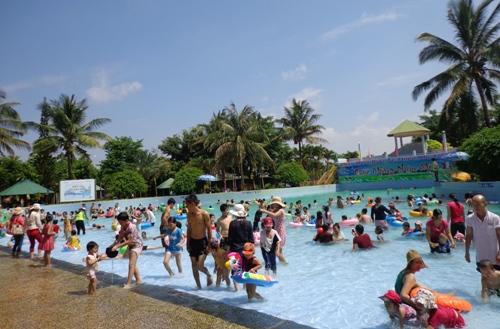 Hồ bơi công viên chật kín khách