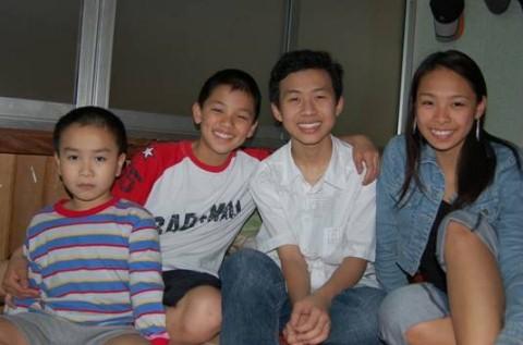 Trọng Hiếu cùng chị gái và bè bạn (ảnh chụp năm 2002).