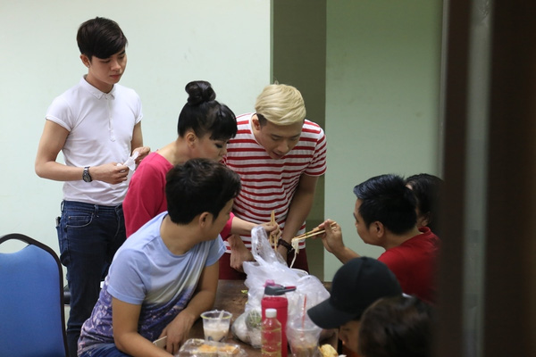 Còn ở góc hậu trường khác, trong lúc chờ đợi hậu kì chuẩn bị sân khấu Việt Hương và Tự Long đang rủ nhau thưởng thức món hủ tiếu.