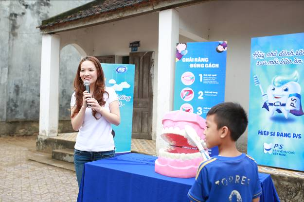 Bên cạnh việc được phát kem đánh răng miễn phí, các em nhỏ còn được hướng dẫn chải răng đúng cách và cách chăm sóc đúng răng miệng