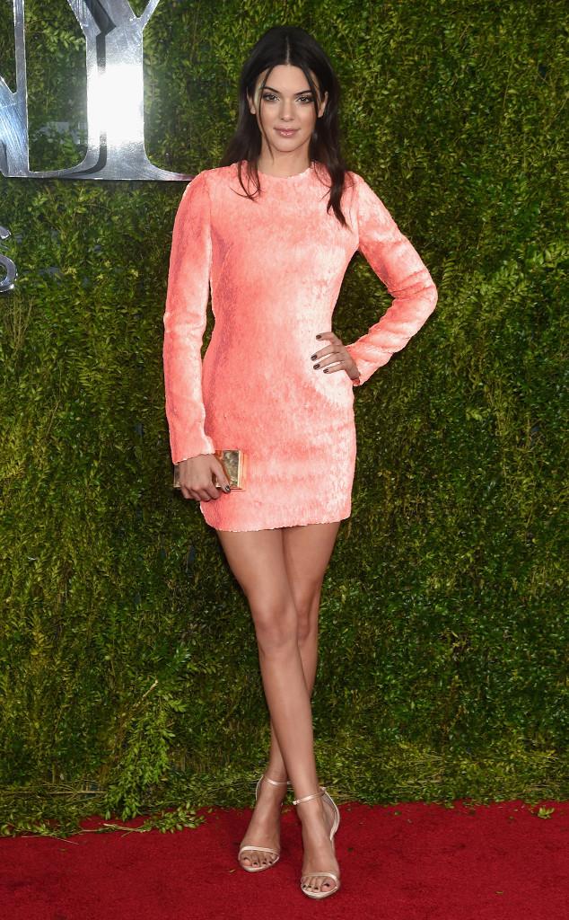 Kendall Jenner diện váy hồng đơn giản nhưng vẫn nổi bật của Calvin Klein.