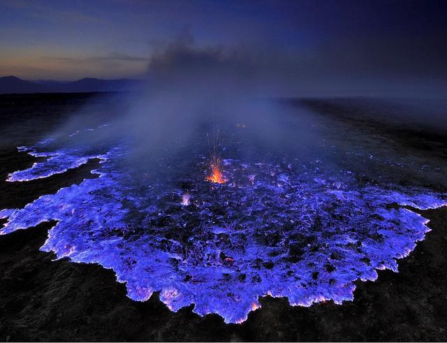 Núi lửa Kawah ở Indonesia phun lên những dòng nham thạch có màu xanh neon.