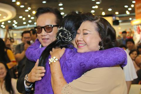 Với những người bạn thân thiết, nam ca sĩ Elvis Phương (trái) và nghệ sỹ Kim Cương.