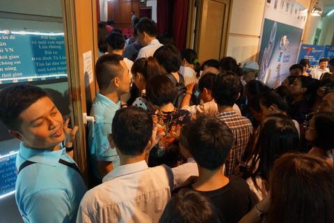 Khán giả chỉ đợi mở cửa là ùn ùn tiến vào.