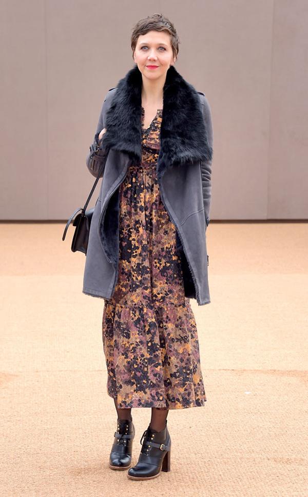 """Nữ diễn viên Maggie Gyllenhaal diện áo da lộn, cổ lông với chiếc váy dài độc đáo, vừa mang màu sắc """"ngầu"""" vừa mang kiểu dáng cổ điển."""