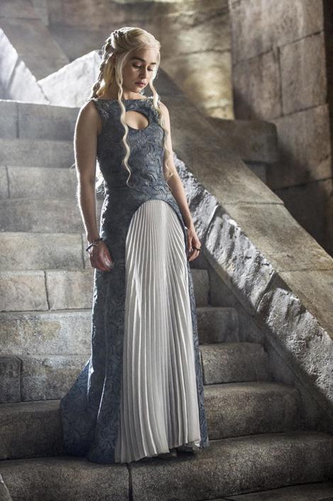 Daenerys với chiếc váy da màu xanh ghi tuyệt đẹp, có điểm nhấn là những đường xếp ly và hoa văn trên váy.