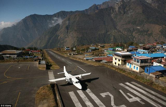 Sân bay Tenzing-Hillary ở Nepal còn được biết tới với tên gọi khác là sân bay Lukla. Nó nằm trên sườn núi và là một trong những sân bay nguy hiểm nhất thế giới.