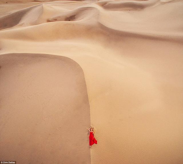 Hình ảnh kiêu sa pha chút hoang dại của một cô gái nằm giữa sa mạc mênh mông